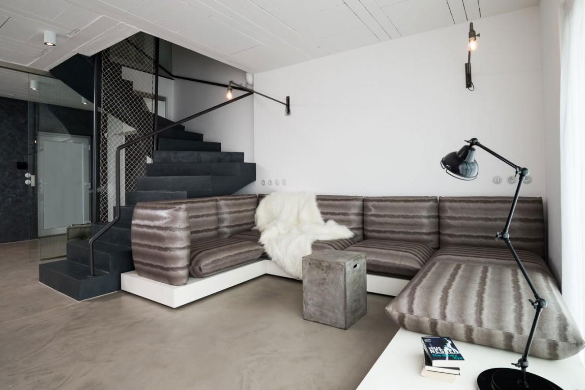 Диван в коричневых тонах в черно-белой гостиной