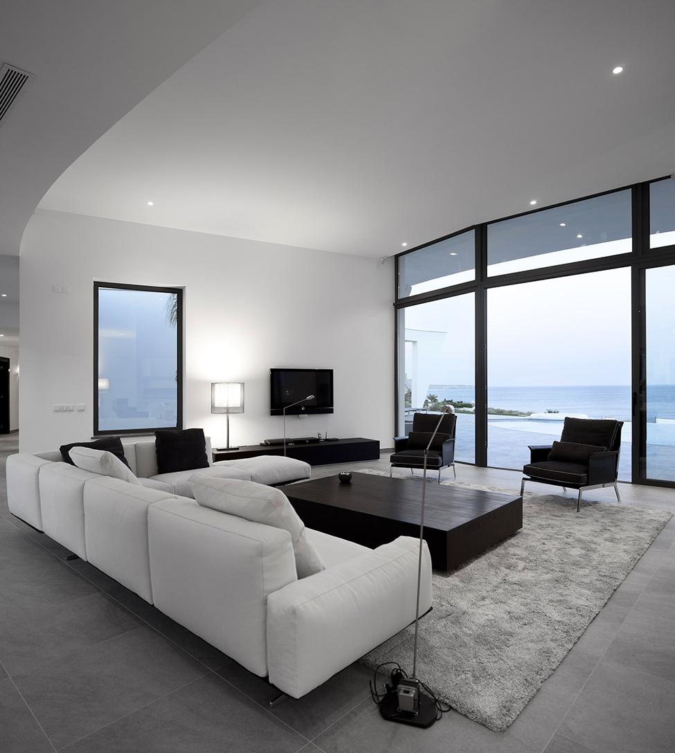Черно-белая гостиная с серым ковром