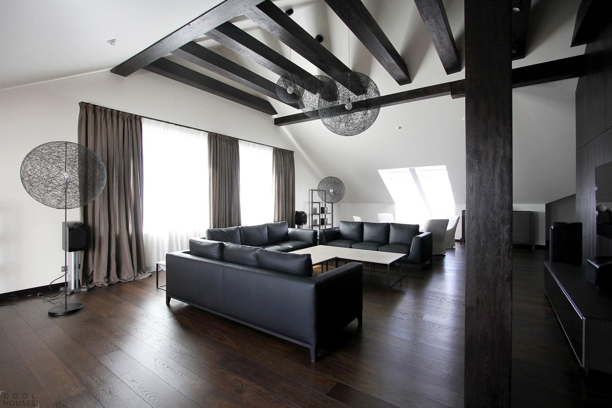 Черные диваны в гостиной