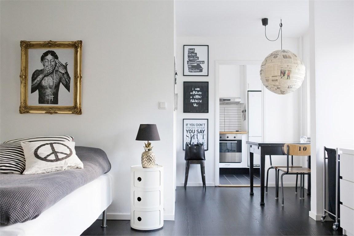 Черно-белая квартира с золотистыми акцентами в интерьере