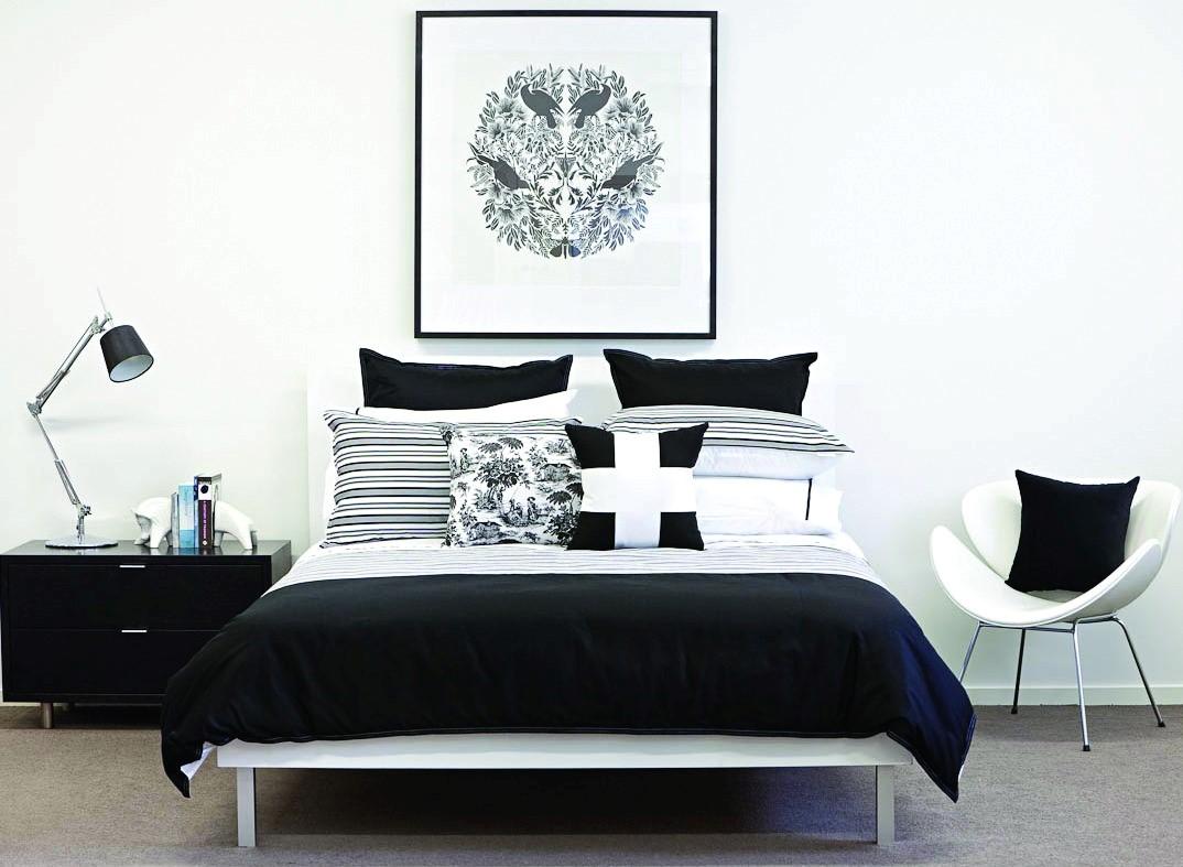Черно-белая спальня с красивым постером