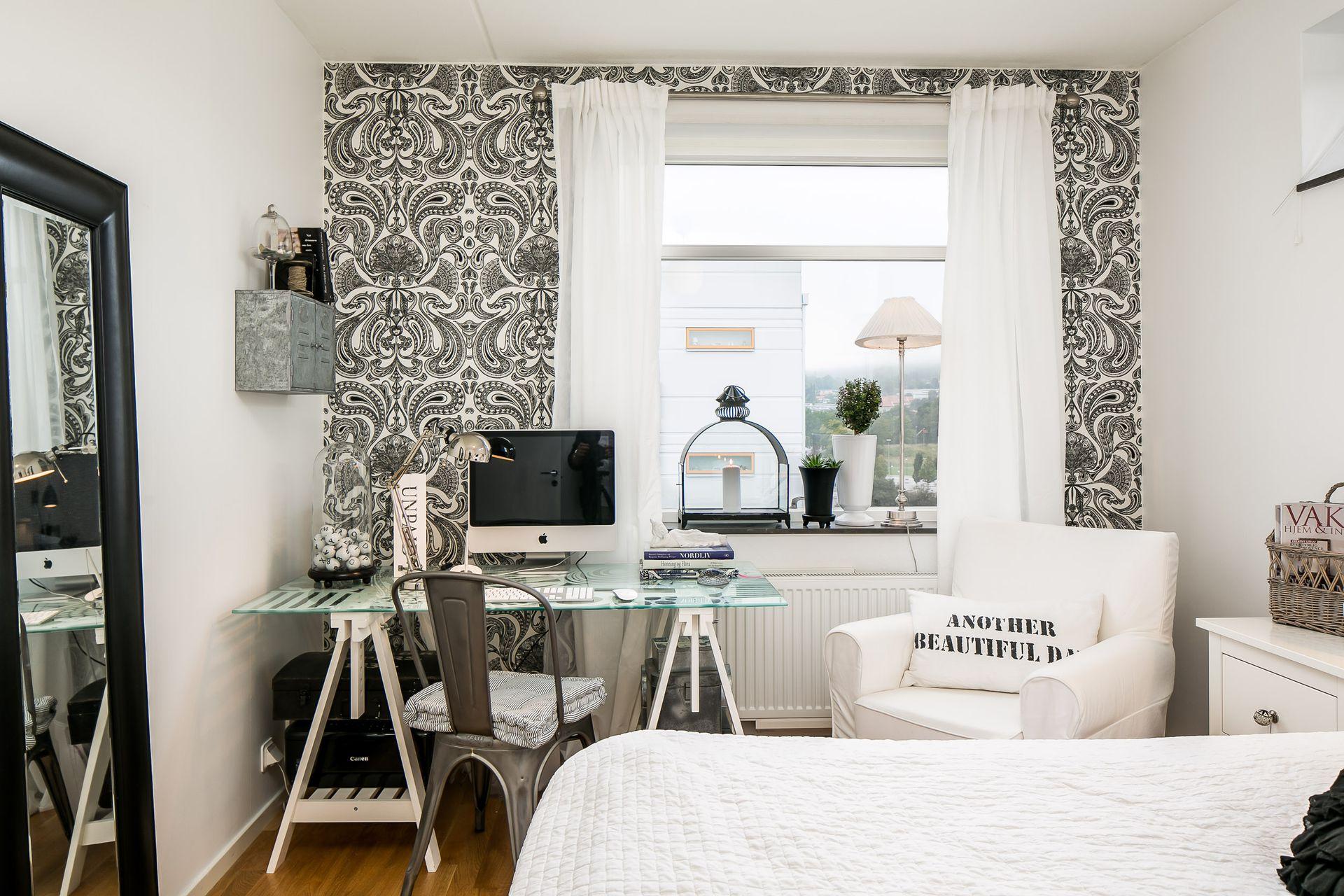 Коричневый пол в черно-белой спальне