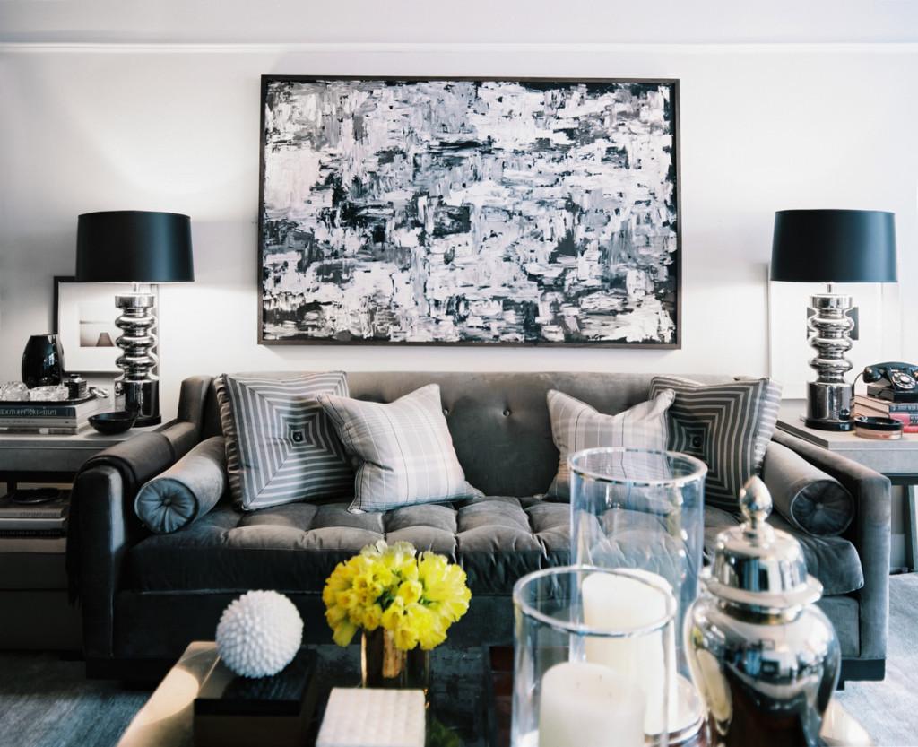 Обилие аксессуаров в черно-белой гостиной
