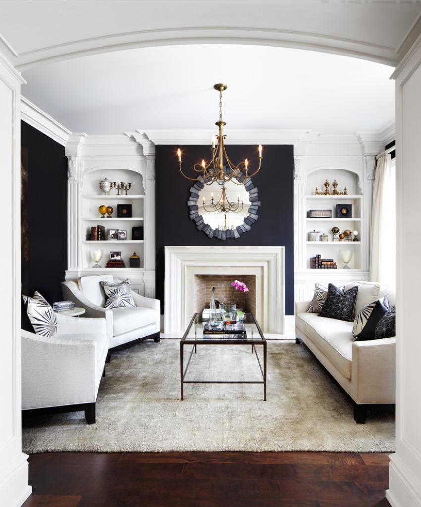 Коричневый пол и бежевый ковер в черно-белой гостиной с камином
