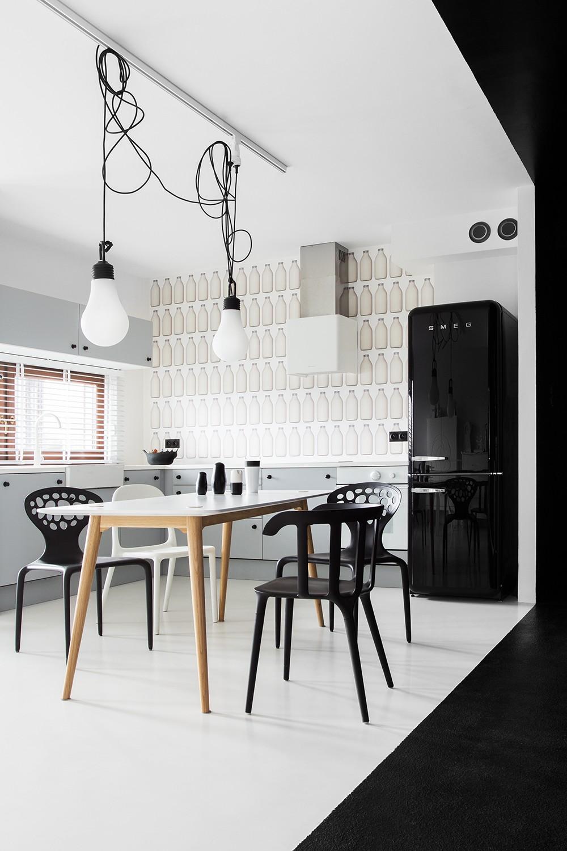 Белый потолок в черно-белой кухне