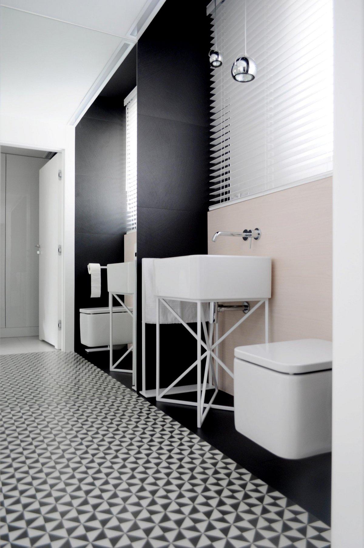 Белый потолок в ванной с зеркальной стеной