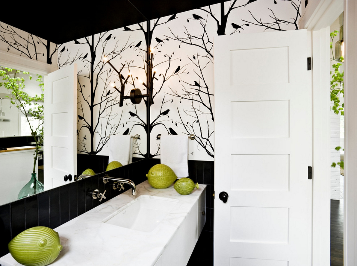 Черный потолок в черно-белой ванной