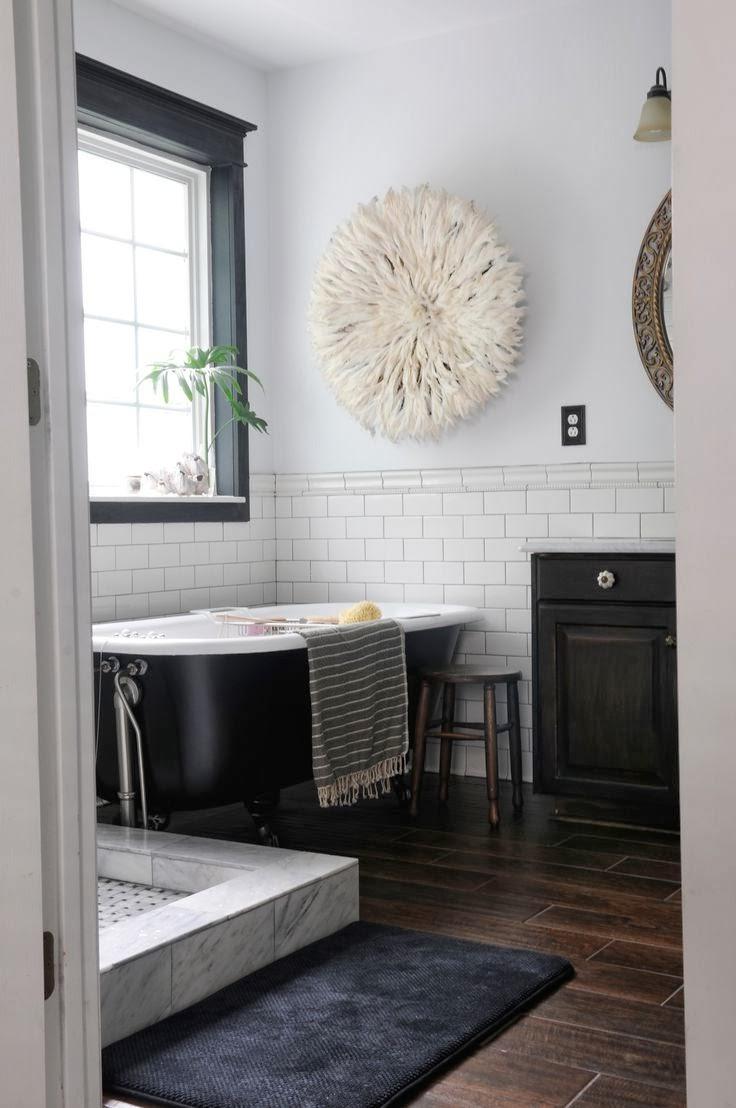 Черно-белая ванная с коричневой плиткой на полу