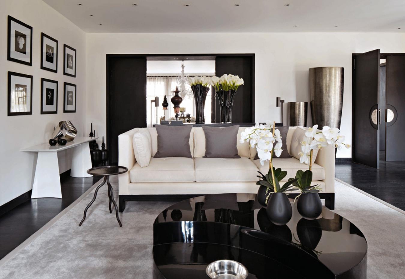 Черно-белый интерьер гостиной с серыми и бежевыми акцентами