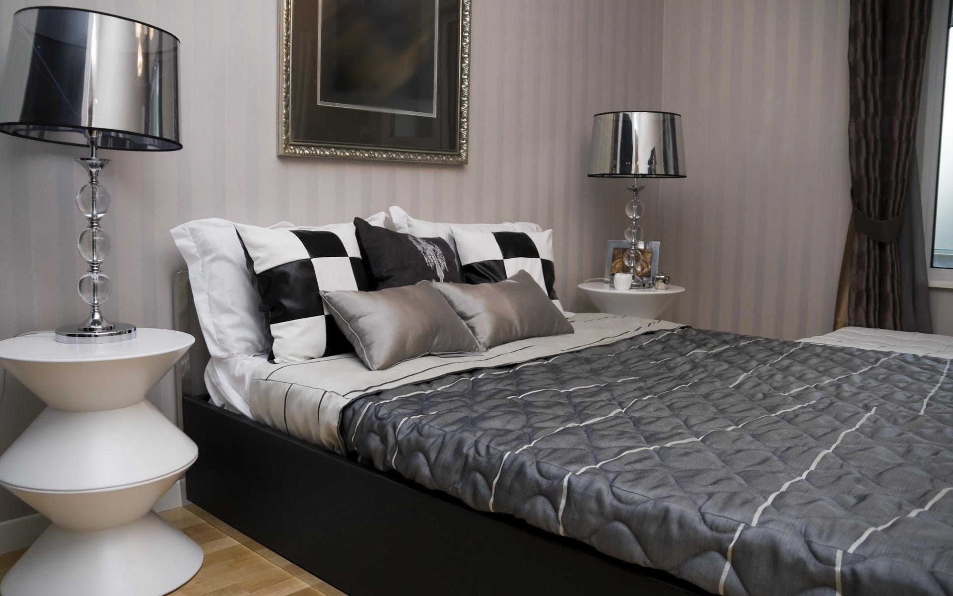 Черно-белая спальня с дымчатыми обоями в полоску