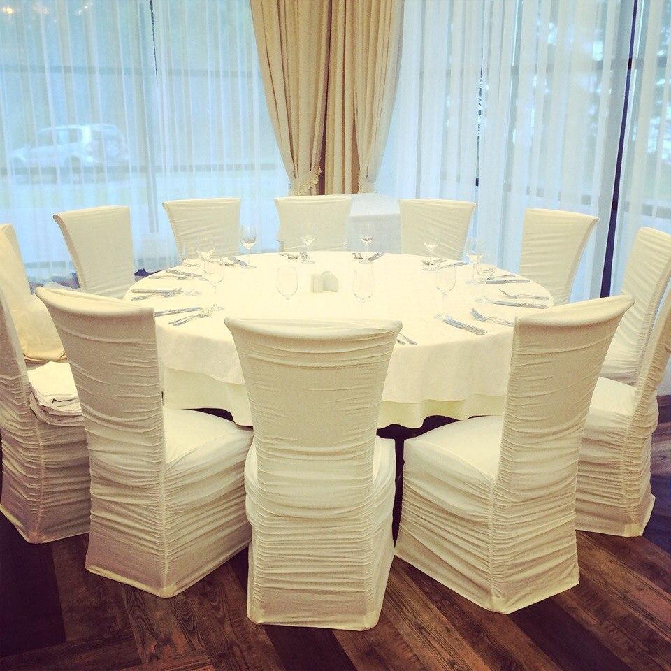 Белые праздничные чехлы на стулья