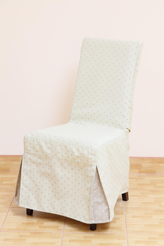 Светлый чехол на стул в горошек