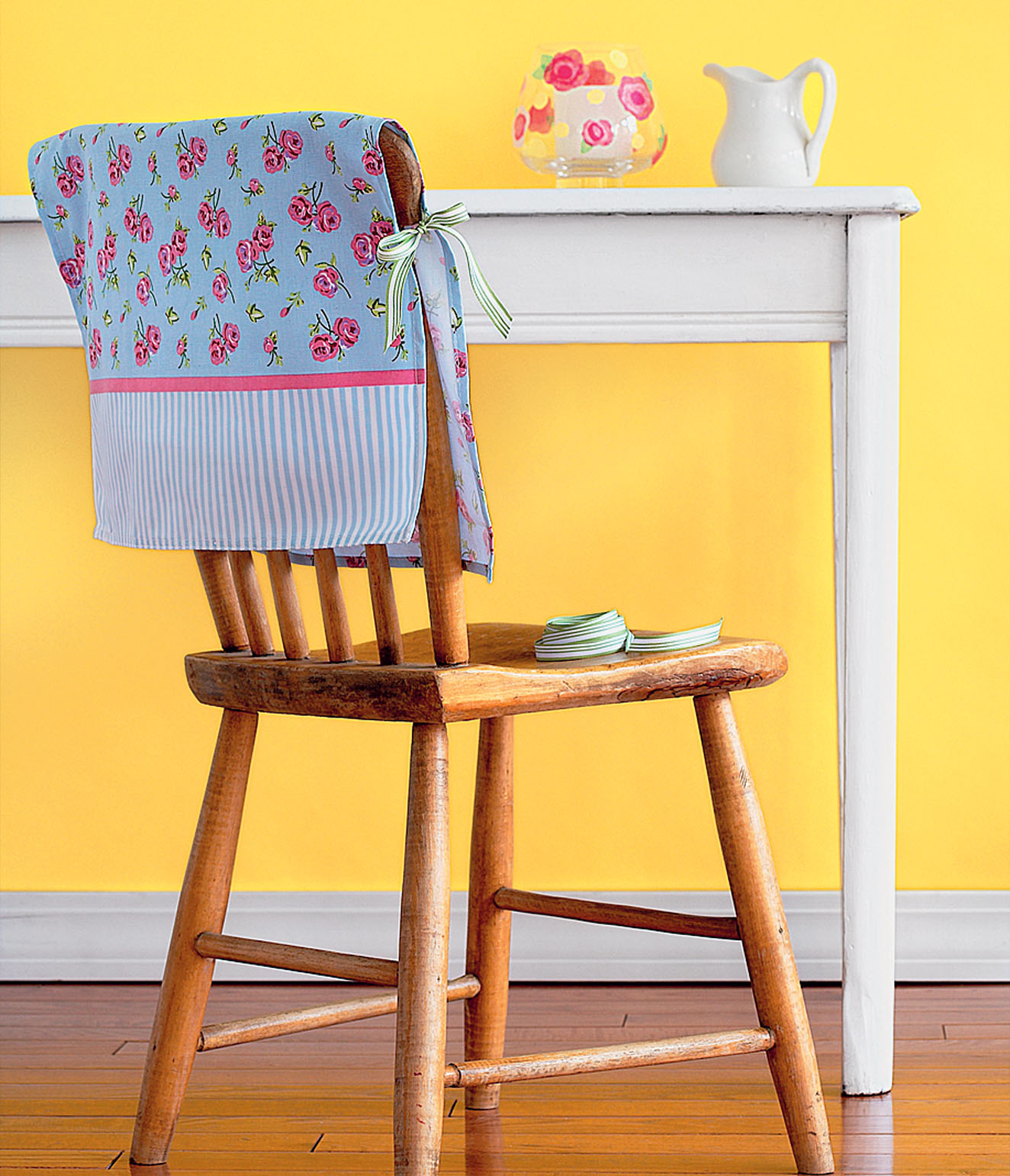 Декоративный розово-голубой чехол на стул
