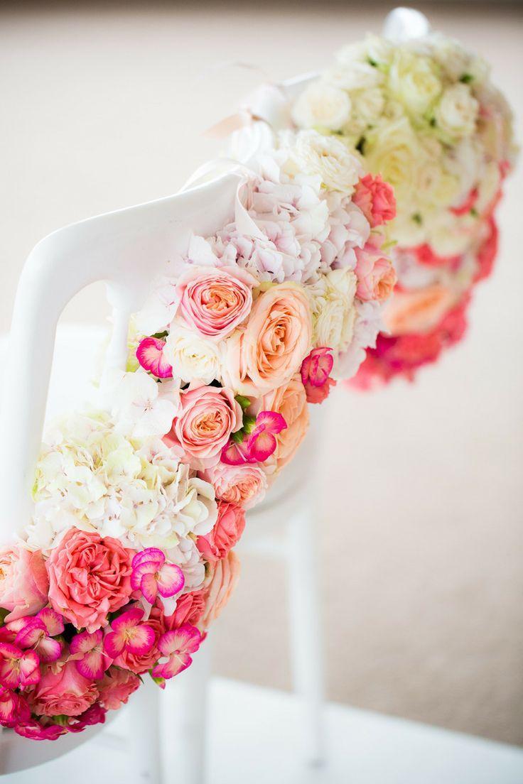 Цветы как украшение стульев на свадьбе