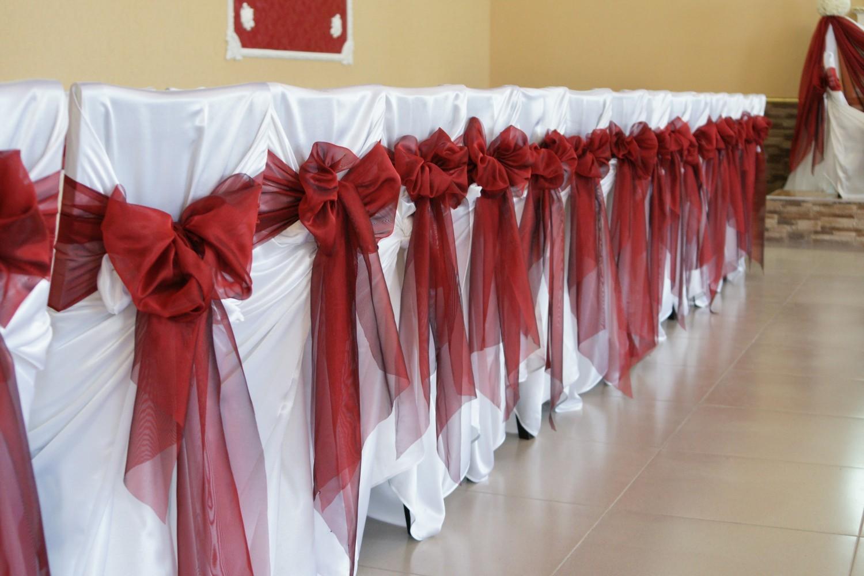 Красно-белые праздничные чехлы на стульях