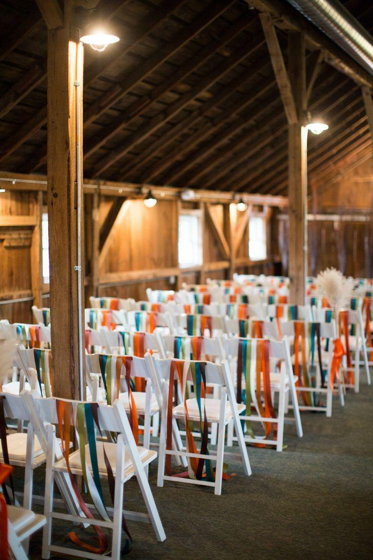 Ленты в оформлении праздничных стульев