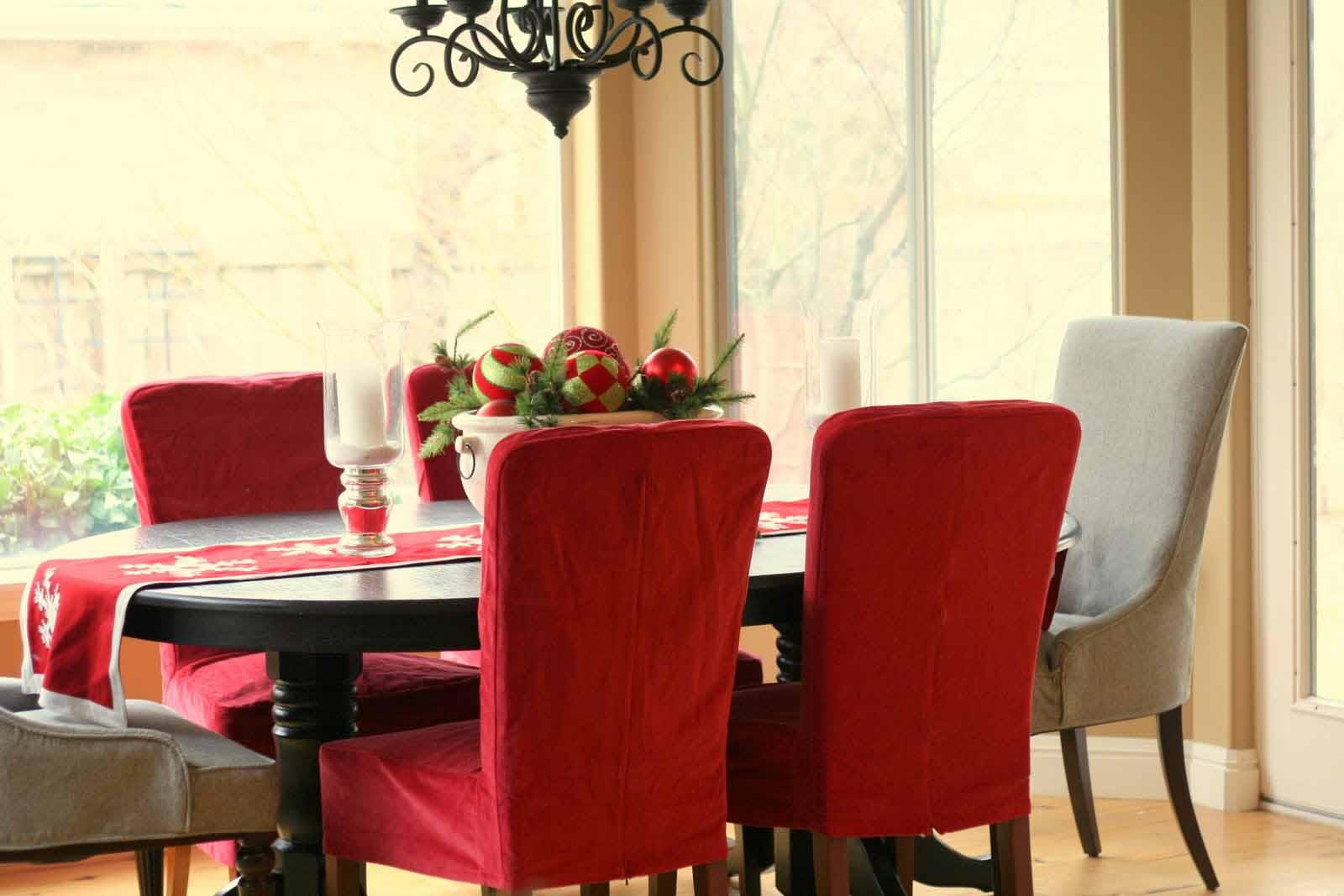 Красные и серые чехлы на стулья