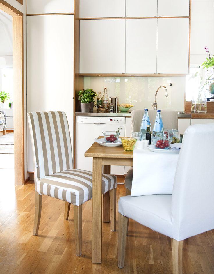 Полосатый, белый и серый чехлы на кухонные стулья