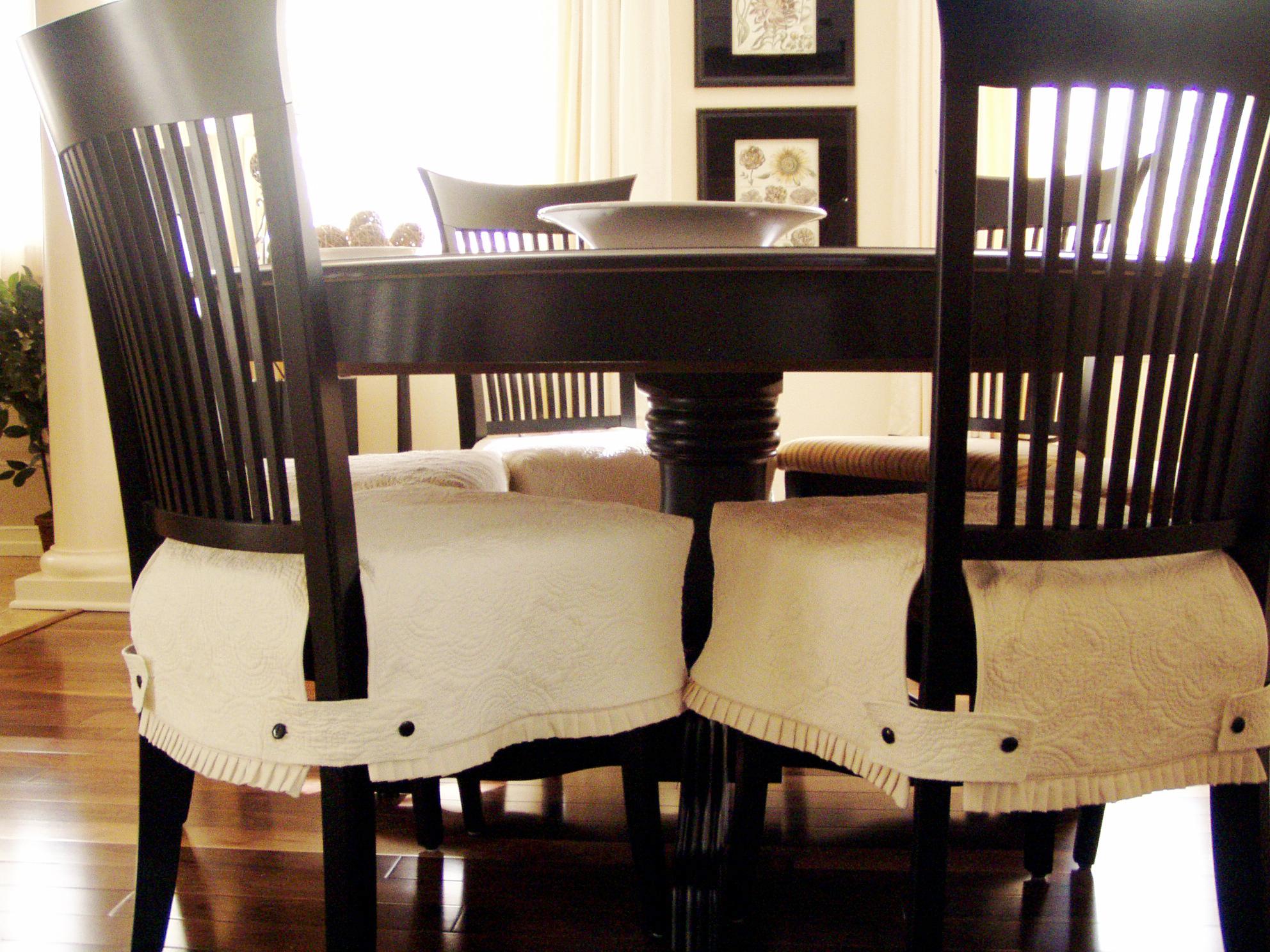 Белые чехлы на сидения стульев
