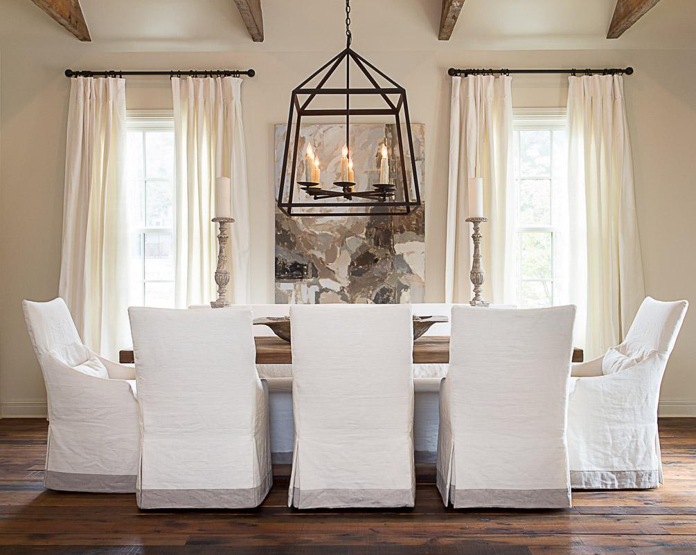 Белые чехлы на обеденные стулья