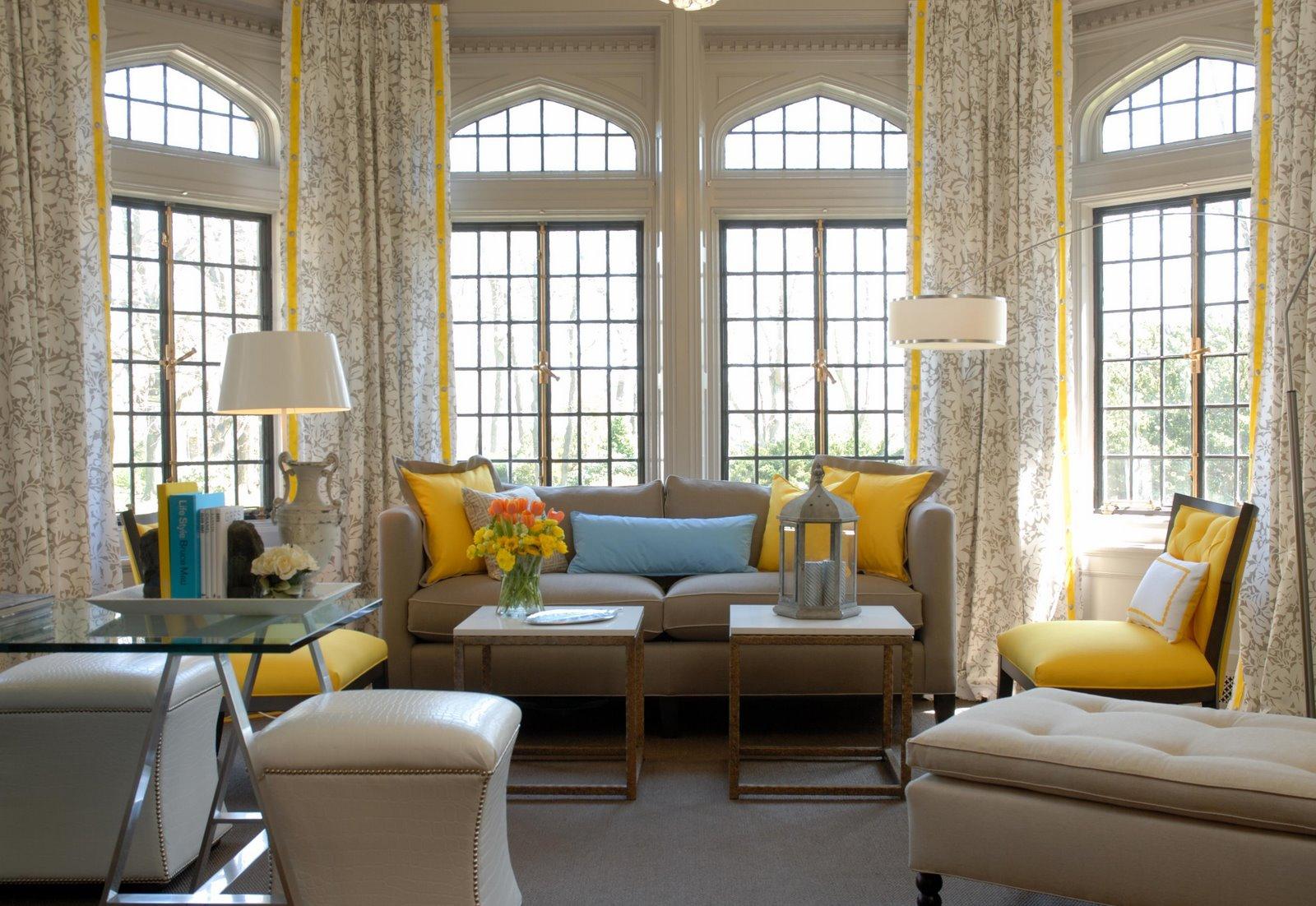 Бежевые стены и мебель в гостиной с желтыми акцентами