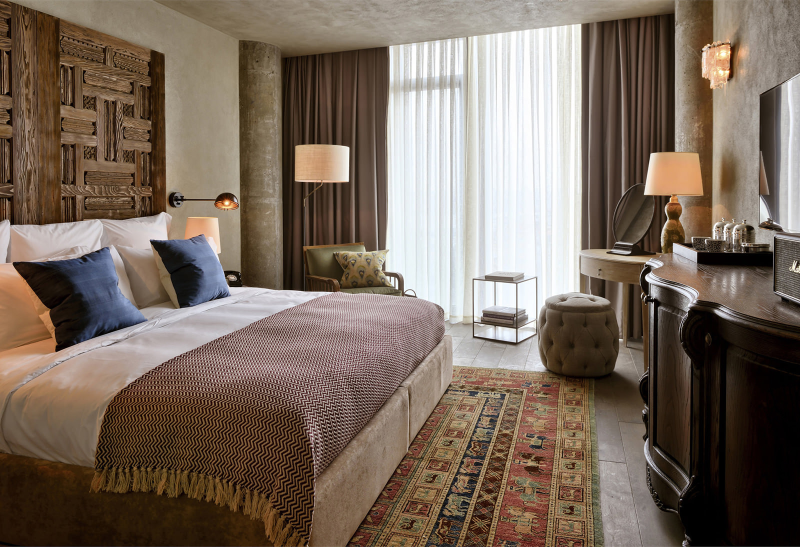Уютная бежево-коричневая спальня