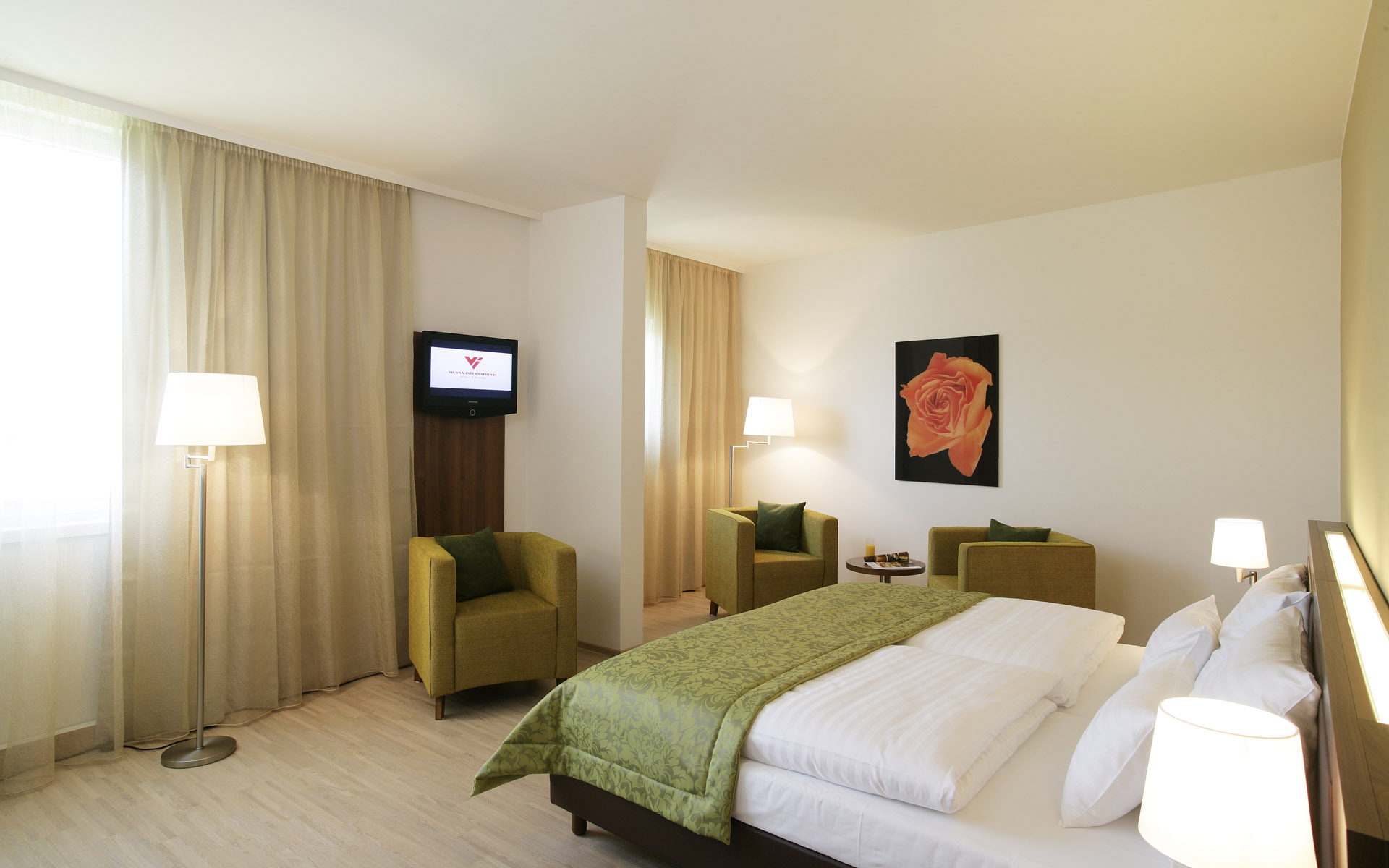 Уютная бежево-зеленая спальня
