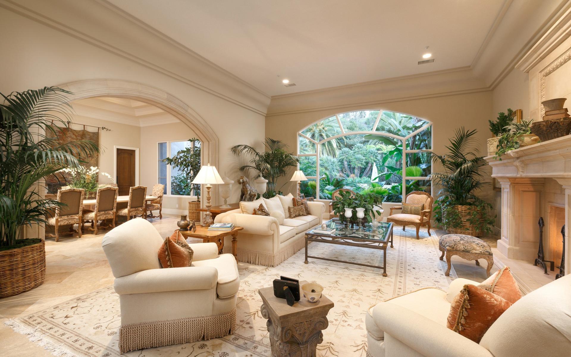 Роскошная бежевая гостиная с камином