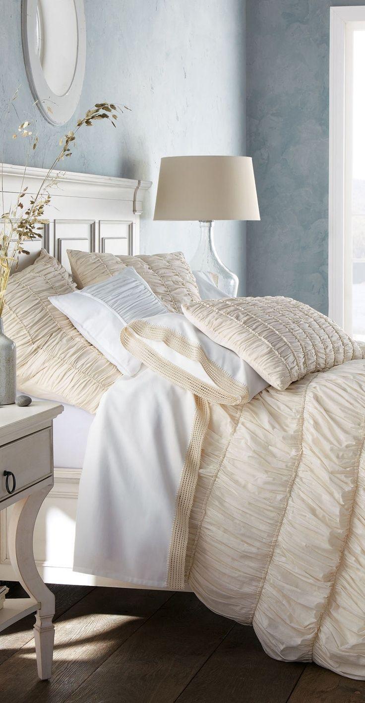 Красивая бежево-белая спальня