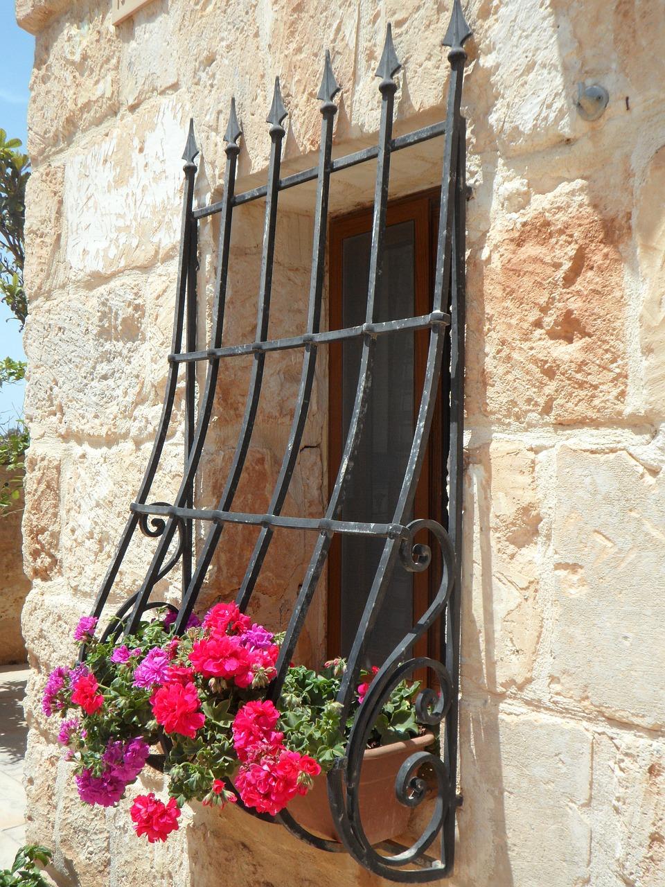 Решетка на окно с углублением для цветов