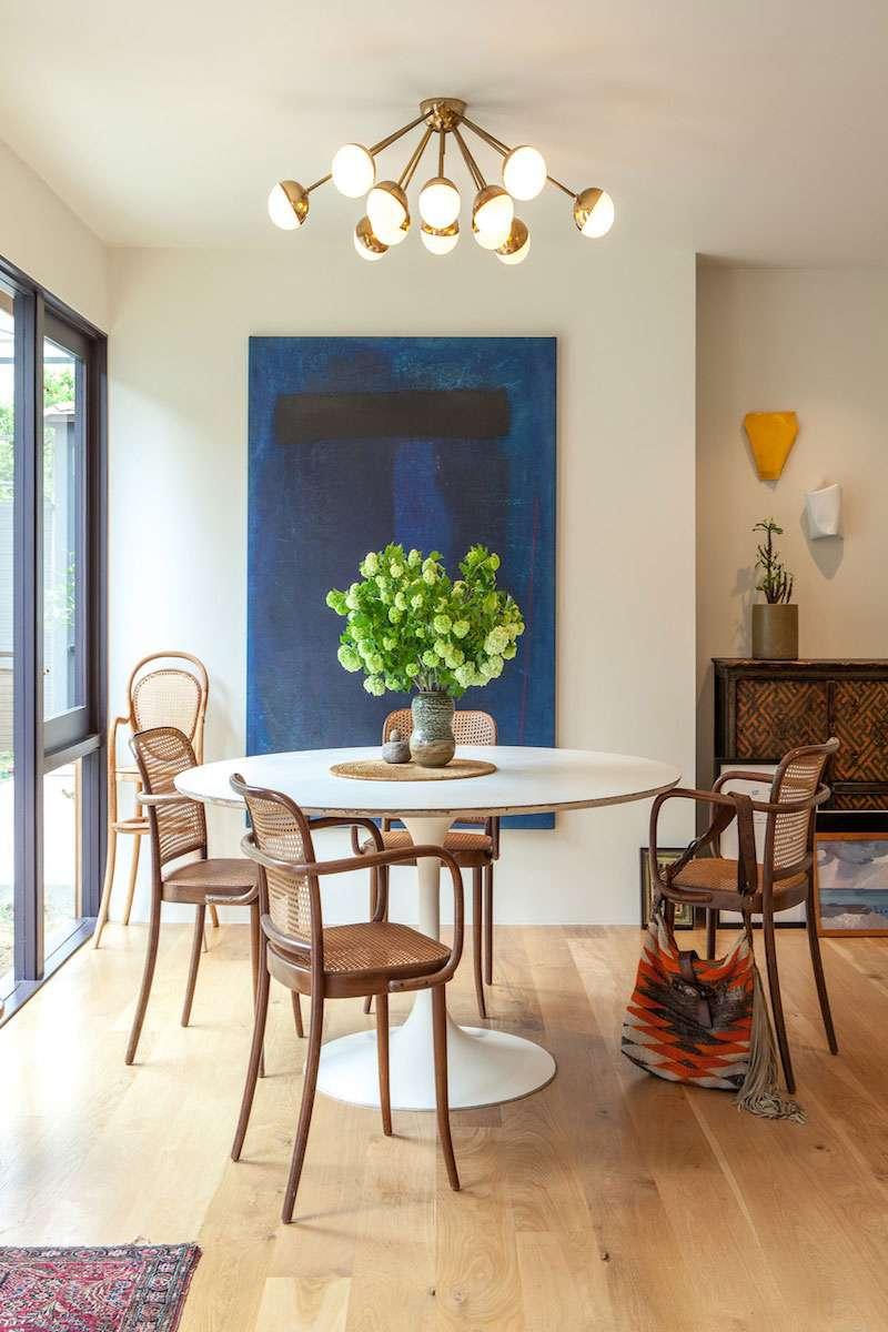 Голубая гостиная с декором