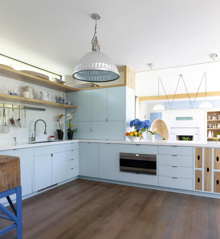 Кухня в голубых тонах с деревом