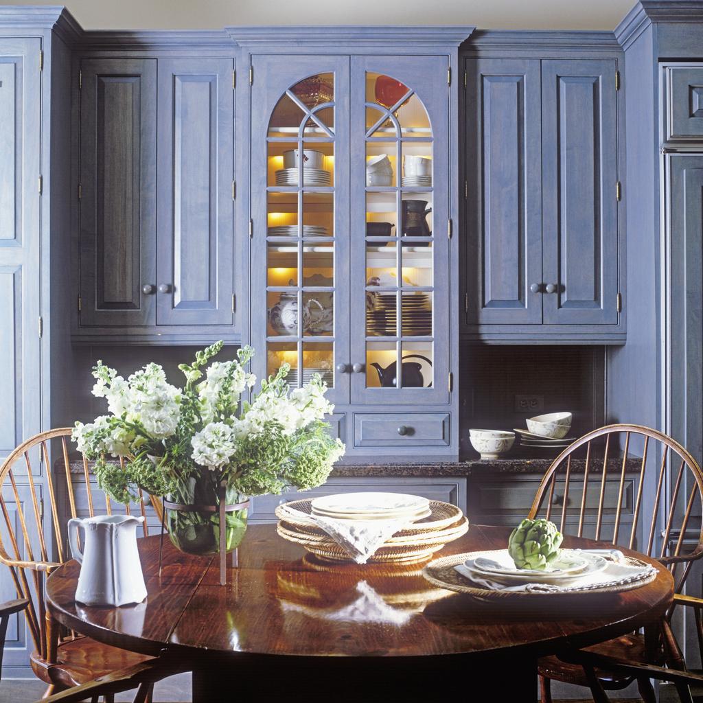 Кухня в голубых тонах в деревенском стиле