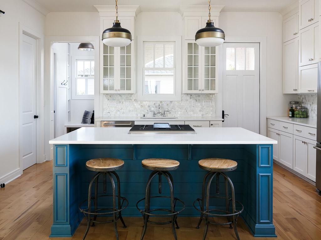 Кухня в голубых тонах деревянная