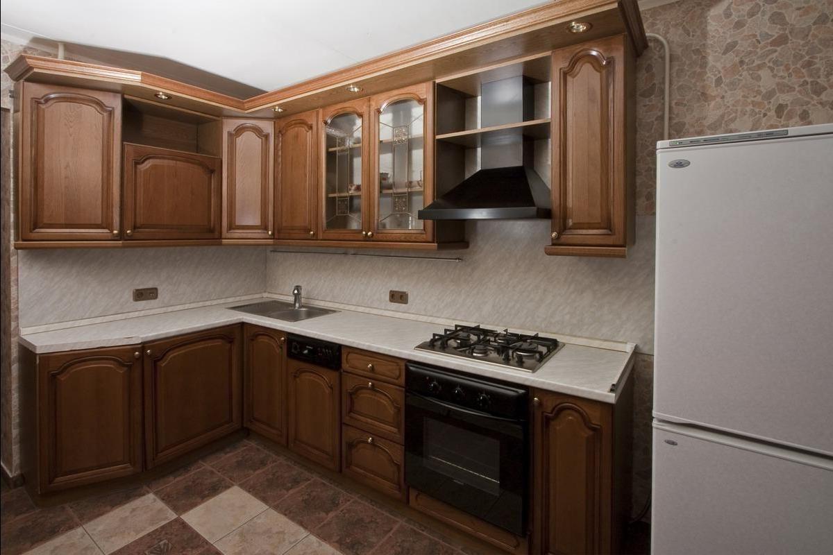 Деревянный фасад угловой кухни