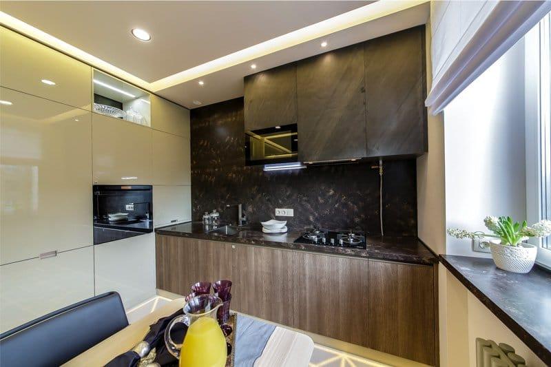 Бежевый, черный и коричневый цвета в интерьере кухни
