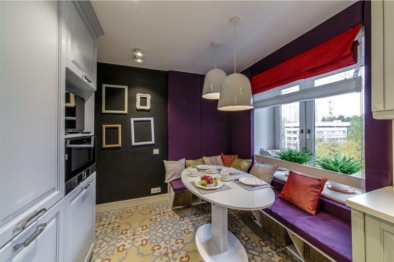 Фиолетовый и красный акцент в интерьере небольшой кухни
