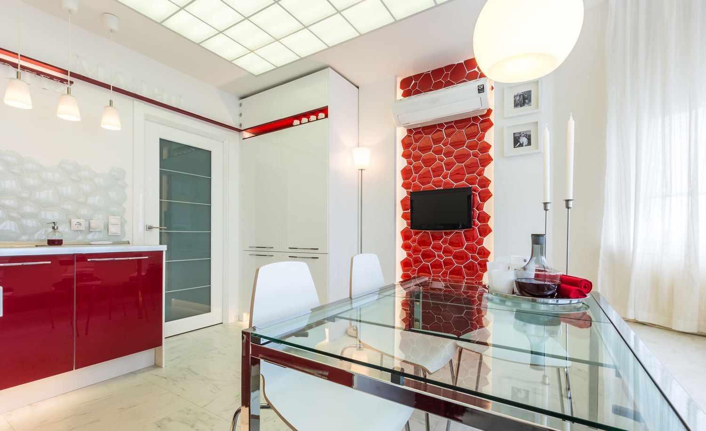 Красно-белая стильная кухня