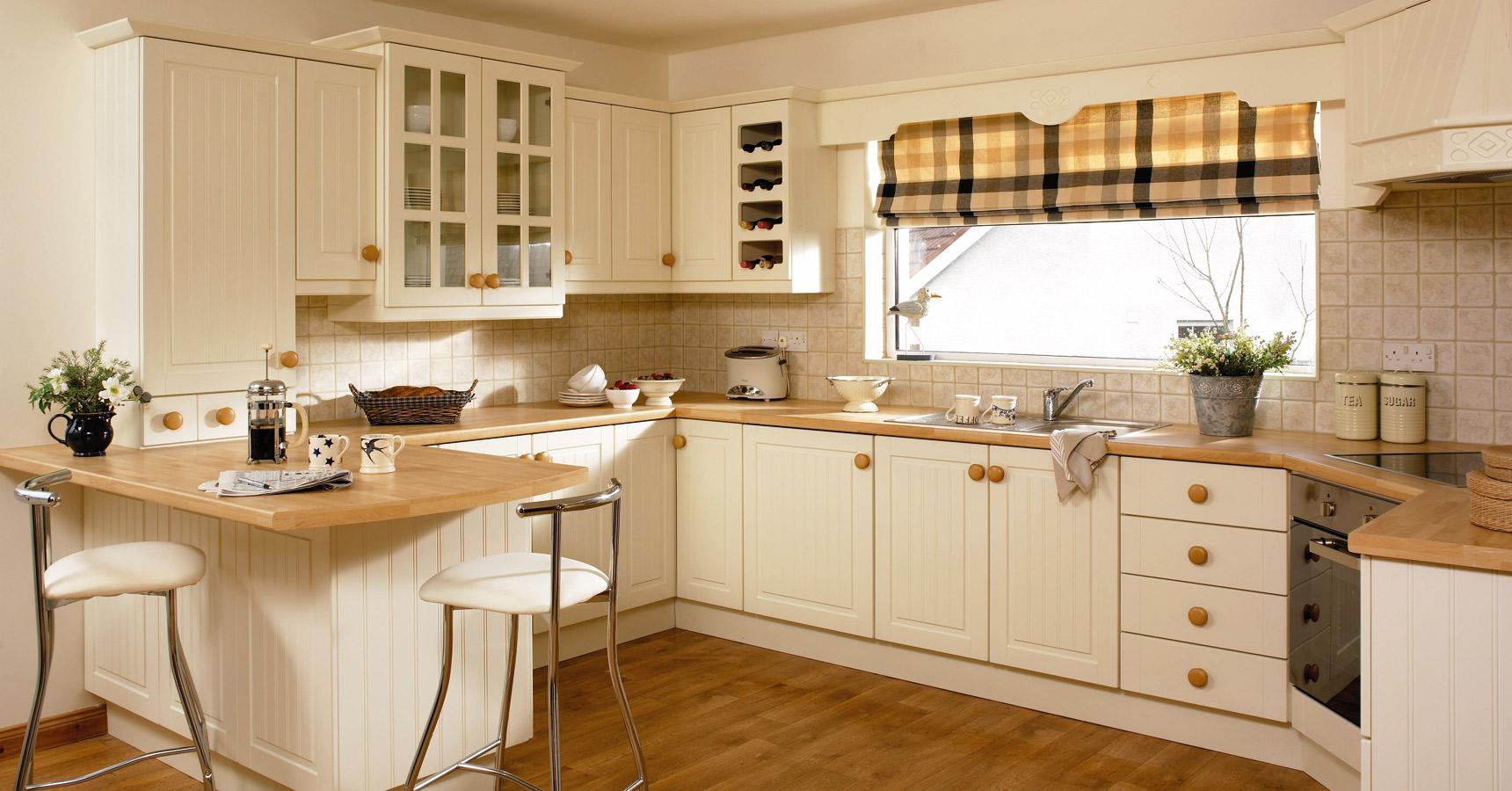 Бежево-коричневый кухонный гарнитур в стиле кантри