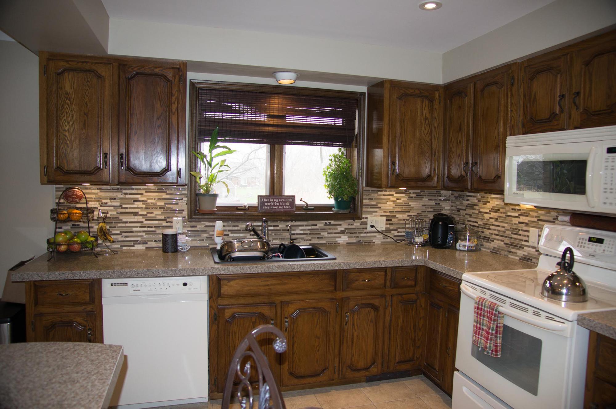 Угловая кухня с деревянным фасадом