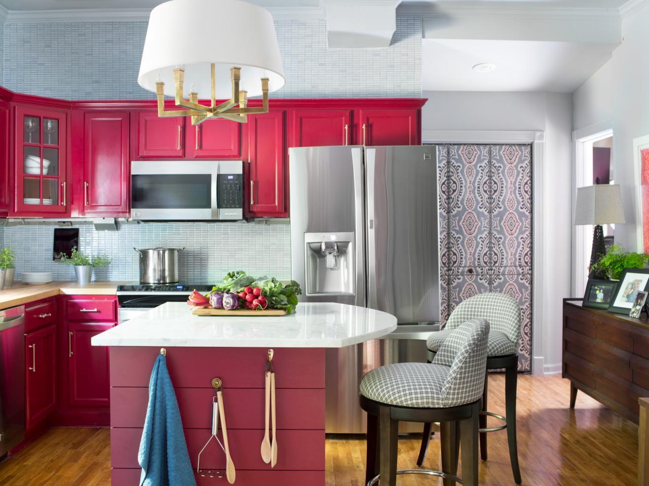 Гарнитур цвета фуксия на кухне 11 кв м