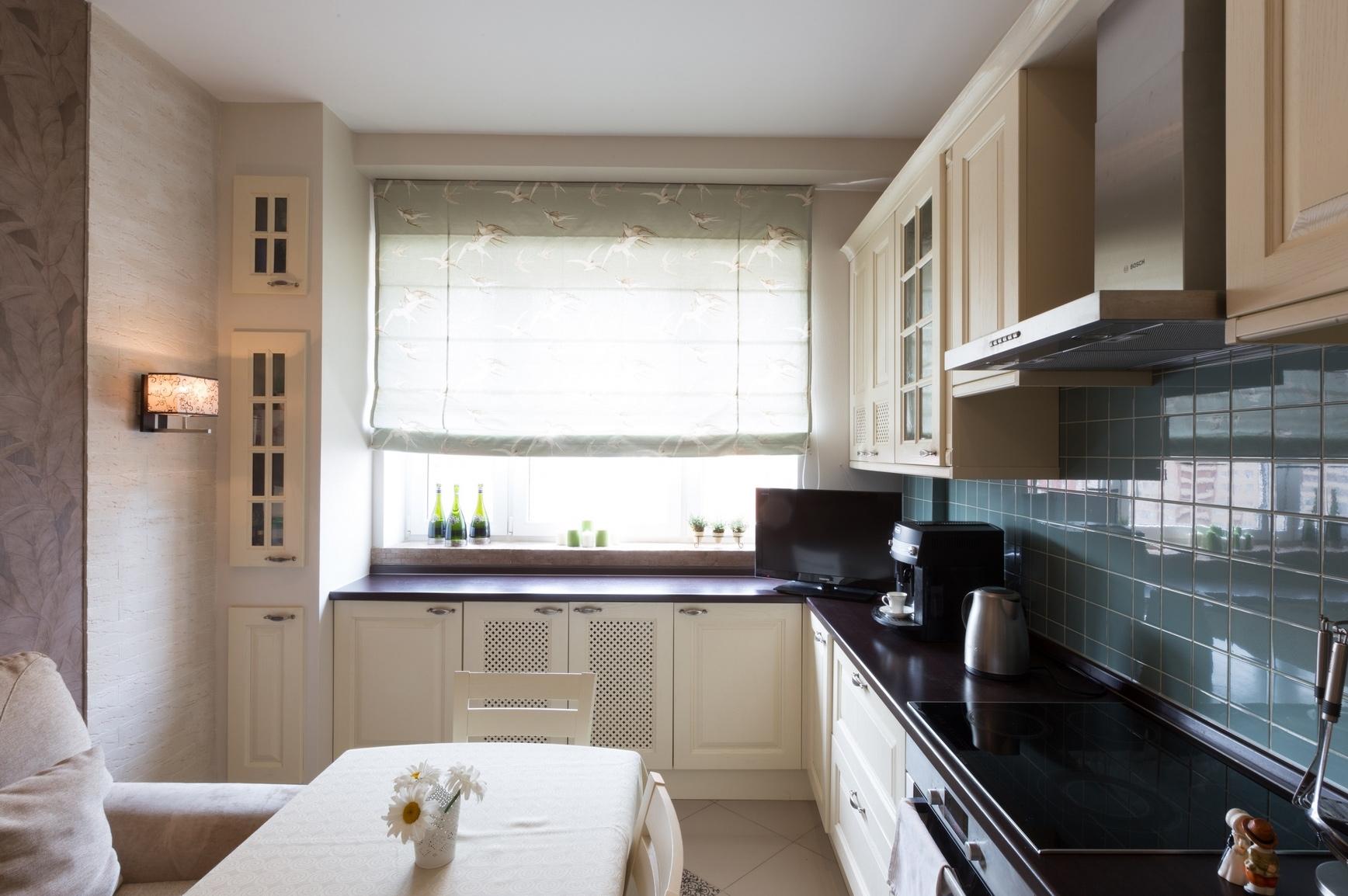 Черно-белая небольшая кухня в стиле прованс