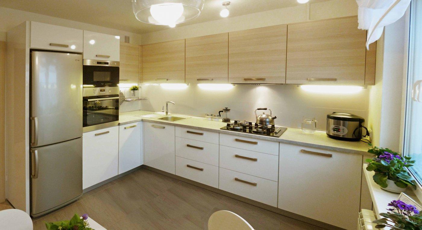 Бежево-белый угловой кухонный гарнитур
