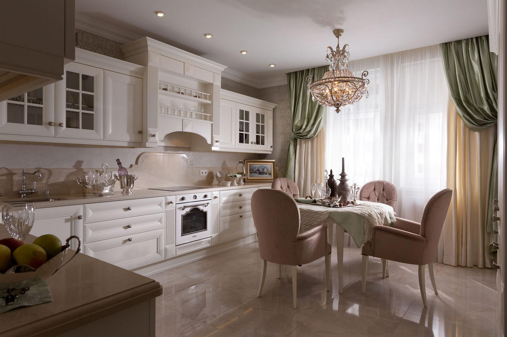 Красивая классическая кухня с обеденным столом