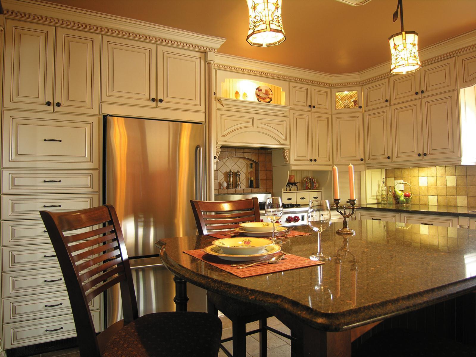 Кухня в стиле кантри с островом с каменной столешницей