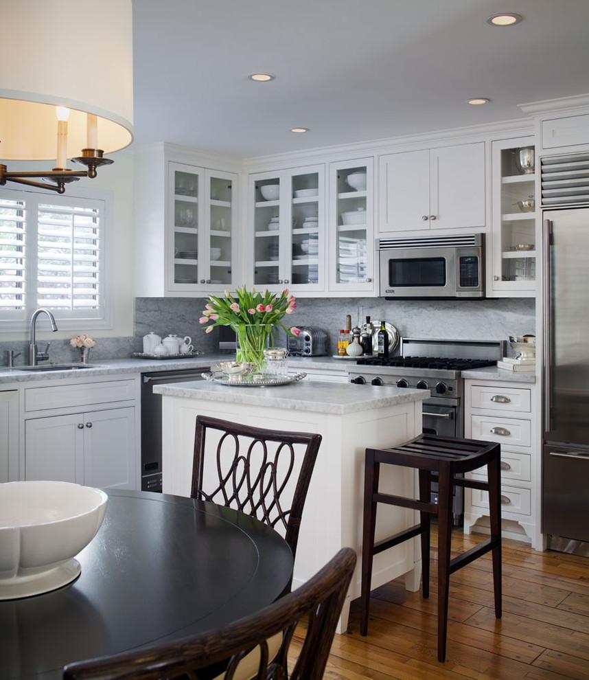 Интерьер кухни с островом и обеденным столом