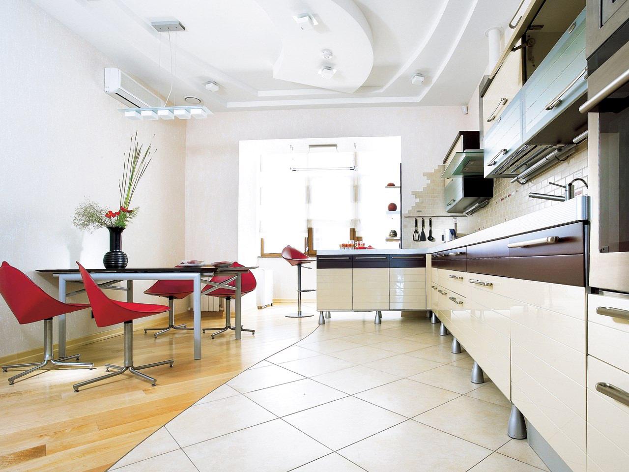 Просторная кухня с обеденным столом и полуостровом