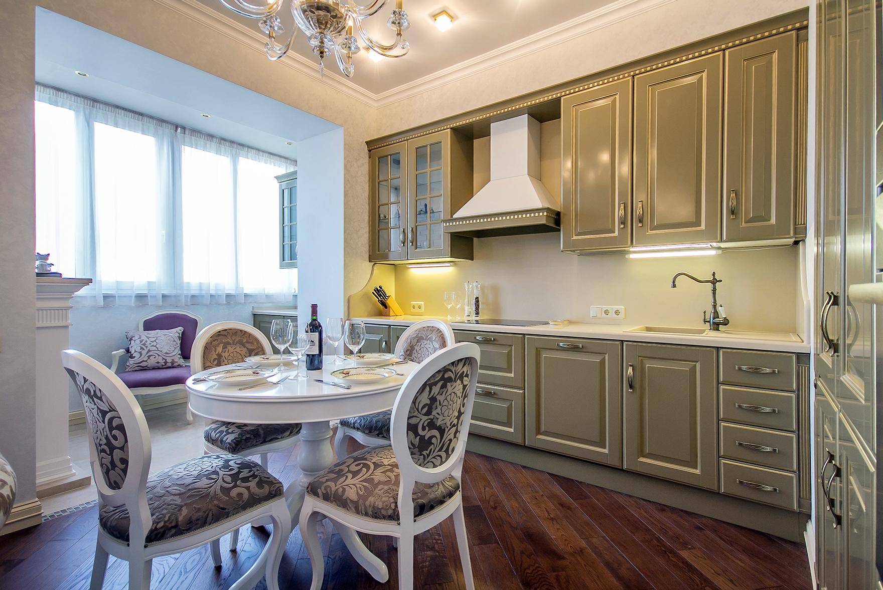 Классическая кухня, совмещенная с балконом