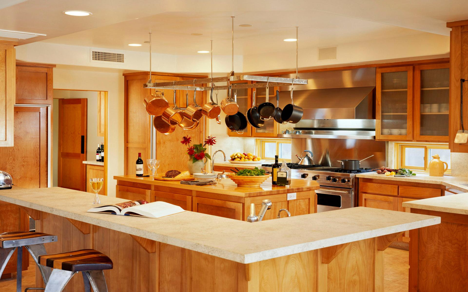 Деревянный кухонный гарнитур в частном доме