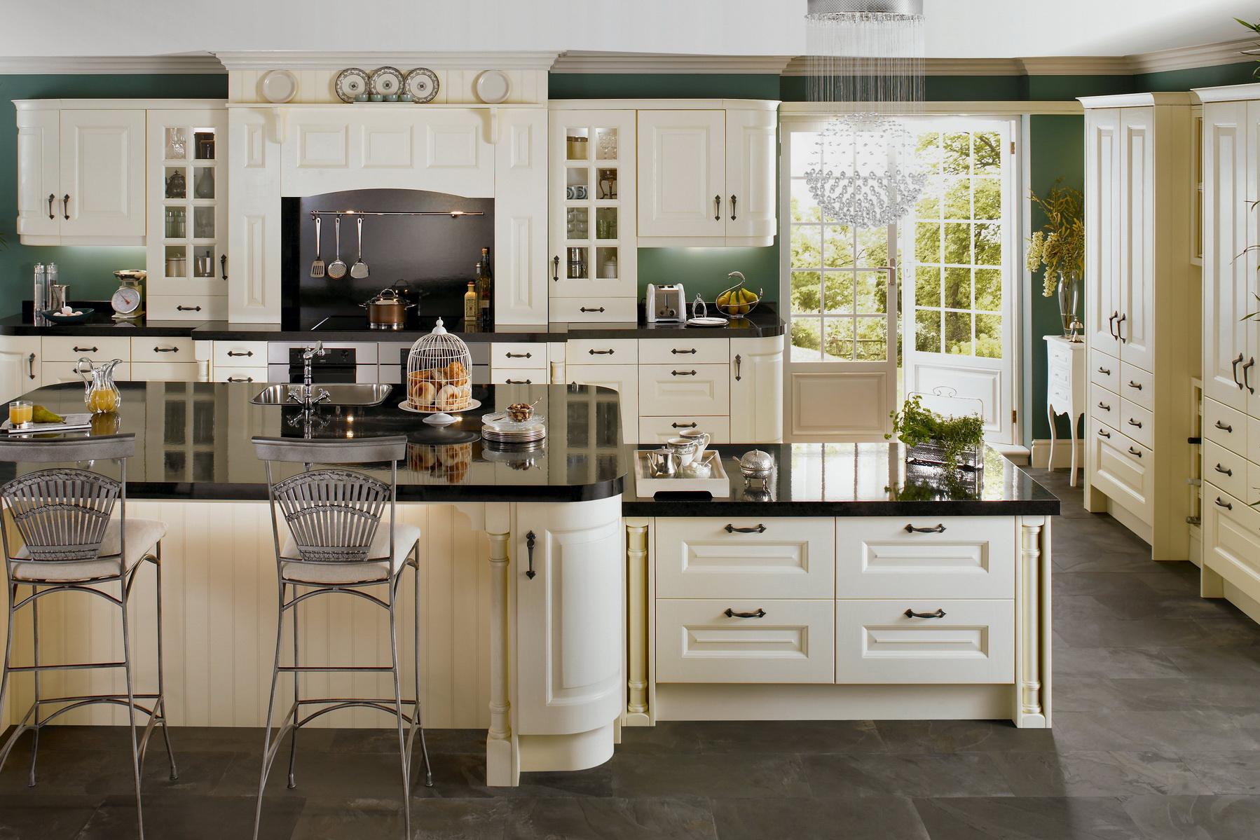 Светлый кухонный гарнитур с черной столешницей